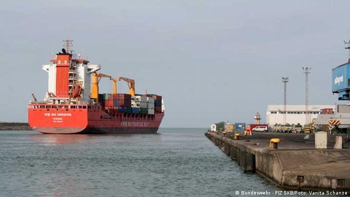 Von Trabzon läuft ein Schiff mit Material der Bundeswehr in Richtung Deutschland aus. (Foto: PIZ SKB/Vanita Schanze)