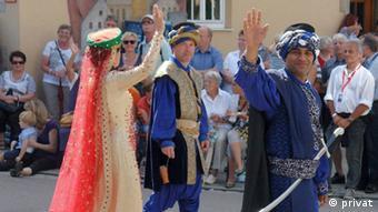 Theateraufführung der Stauffersaga der Stadt Schwäbisch Gmünd. Menschen winken. (Foto: privat)