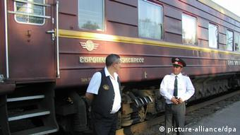 Gut bewacht: Der Waggon Zarengold der legendären Transsibirischen Eisenbahn (foto: dpa)