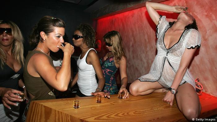 Zwei Mädchen trinken Shots an einer Bar auf Ibiza. (Photo by Chris Jackson/Getty Images)