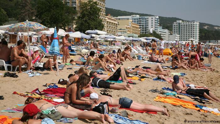 Touristen an einem Sandstrand in Goldstrand (Golden Sands) an der bulgarischen Schwarzmeerküste. (Foto: dpa)