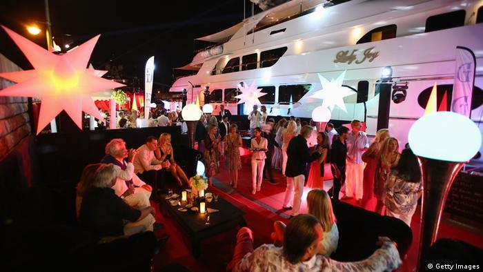 Eine Feier nahe einer Yacht bei St. Tropez. (Photo by Andreas Rentz/Getty Images)