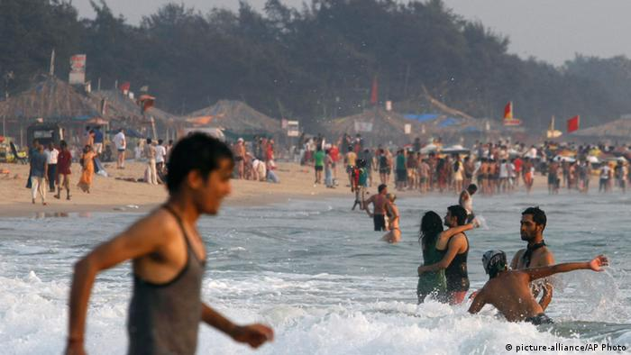 Touristen badischen im Meer im indischen Goa (Foto: AP Photo/ Rajesh Kumar Singh, File)