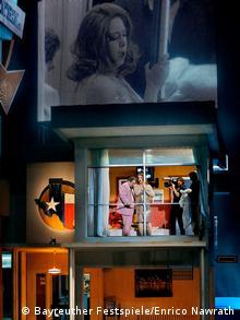 Das Rheingold mit Sängern, einem Kameramann und großer Bildprojektion auf der Bühne Foto: Bayreuther Festspiele/Enrico Nawrath.