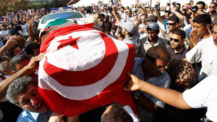 Mourners carry the coffin of slain opposition leader Mohamed Brahmi during his funeral procession towards the nearby cemetery of El-Jellaz on Saturday, July 27, 2013. (Photo: Zoubeir Souissi/Reuters)
