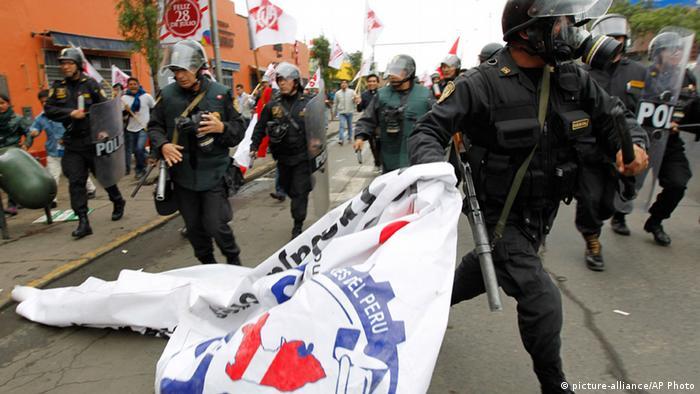 Las marchas se desarrollan en medio de incidentes con la policía.