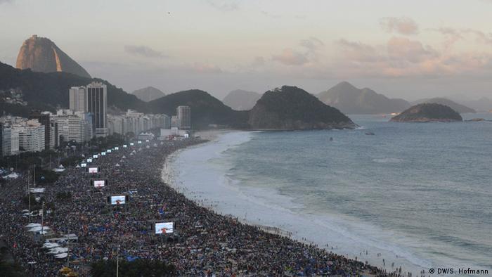 World Youth Day 2013 gathering at Copacabana beach (Photo: Sarah Judith Hofmann / DW)