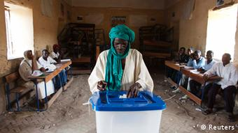 A man casts his vote during Mali's presidential election in Timbuktu, Mali, July 28, 2013. REUTERS/Joe Penney (MALI - Tags: ELECTIONS POLITICS TPX IMAGES OF THE DAY)