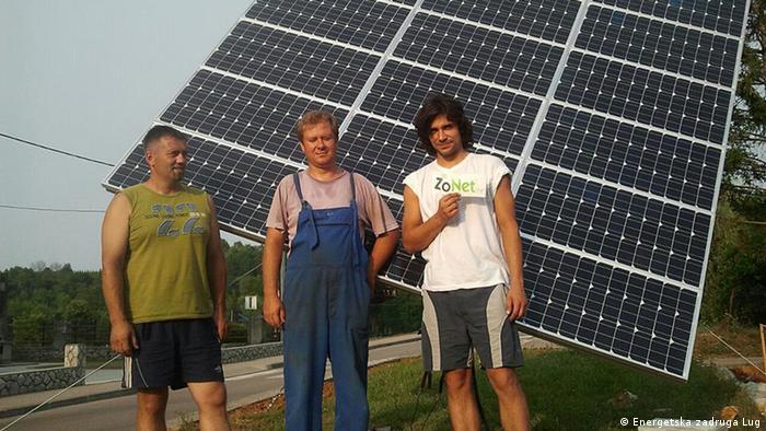 Trojica članova Energetske zadruge Lug u Kamanju, gdje je izgrađen čitav solarni cluster