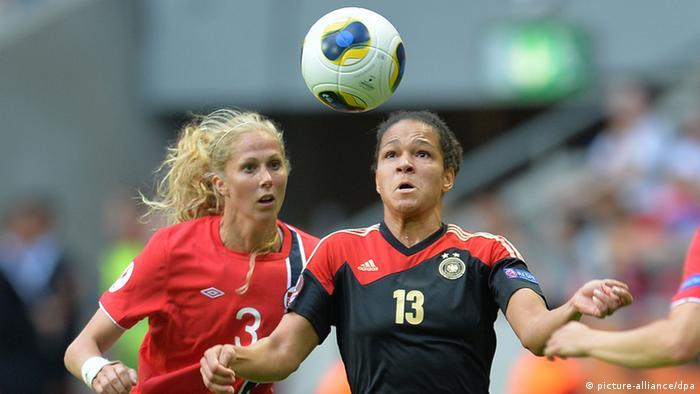 در سال ۲۰۱۳ میلادی کشور سوئد میزبانی مسابقات قهرمانی فوتبال زنان اروپا را بر عهده داشت. در دیدار نهایی آن دوره از رقابتها تیم ملی فوتبال زنان آلمان به مصاف سرخپوشهای نروژ رفت و با پیروزی بر حریف خود در ضربات پنالتی توانست برای هشتمین بار قهرمان اروپا شود.