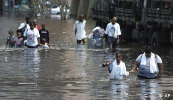Hurrikan Katrina Leute waten durch die überflutete Innestadt von New Orleans nahe dem Superdome