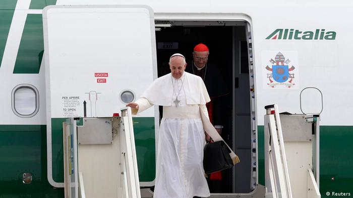 Папа Римський Франциск після перельоту з Бразилії до Рима (2013 рік)