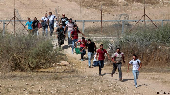Ilegale Arbeiter rennen, nachdem sie die Grenze überquert haben. (Foto: Reuters)