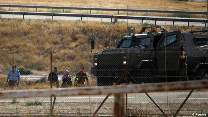 Israelische Soldaten verhaften illegale Arbeiter. (Foto: Reuters)