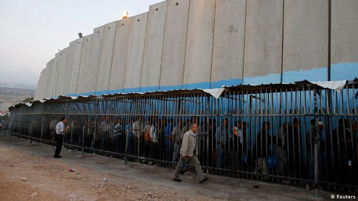 Palestinänser warten darauf, nach Jerusalem einzureisen. (Foto: Reuters)