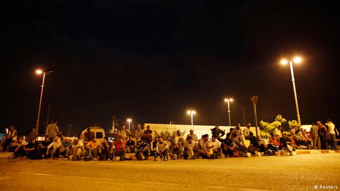 Am Eyal-Checkpoint warten die Arbeiter in einer langen Schlange. (Foto: Reuters)