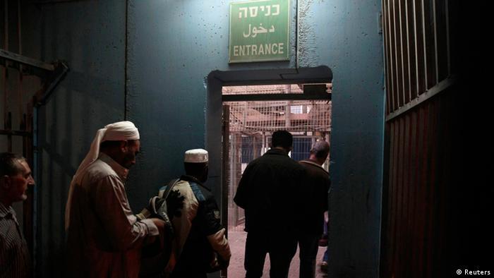 Palästinenser warten an einem Checkpoint darauf nach Jerusalem einzureisen. (Foto: Reuters)