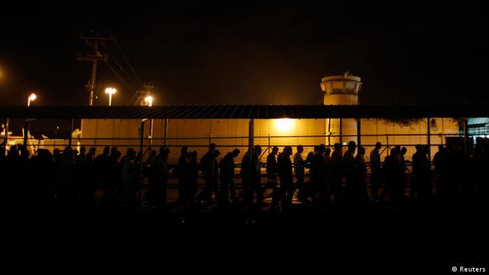 Palästinenser stehen am frühen Morgen vor der Grenze (Foto: Reuters)