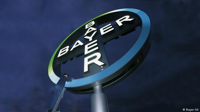 Las grandes empresas químicas alemanas no sólo venden medicamentos sino que también fabrican gases o líquidos para diversos usos. Alemania vende más de 100.000 millones de euros en productos químicos. Solo Bayer y BASF exportan el 10% de los productos químicos alemanes, ocupando así el tercer lugar de exportaciones.