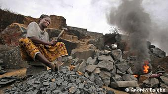 Titel: Liberian Woman crushing rocks Foto: ANDREW ESIEBO Beschreibung: Liberian teenager Mercy Womeh who breaks rocks to earn money to pay her school fees. Photo was part of an entry to the German Development Media Awards 2013 by Wade C. L. Williams, winner of region Africa.