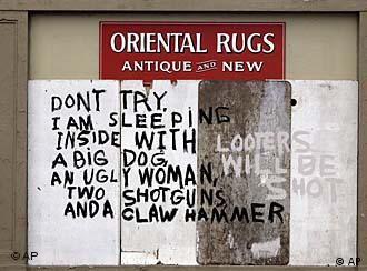 Warnung vor dem Hunde, der hässlichen Frau und scharfen Waffen