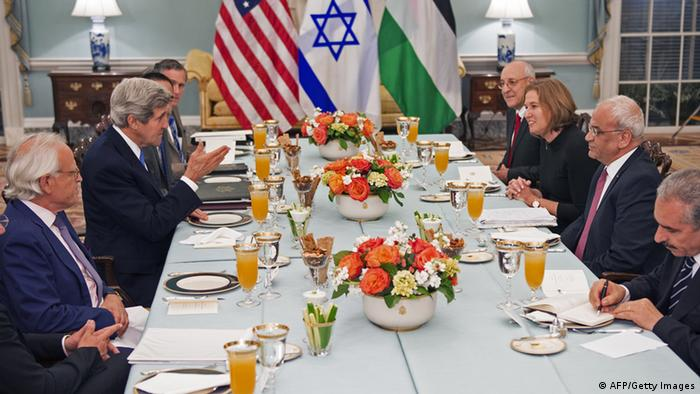 US-Außenminister John Kerry als Gastgeber beim Auftaktessen des israelisch-palästinensischen Friedensverhandlungen (Foto: PAUL J. RICHARDS/AFP/Getty Images)