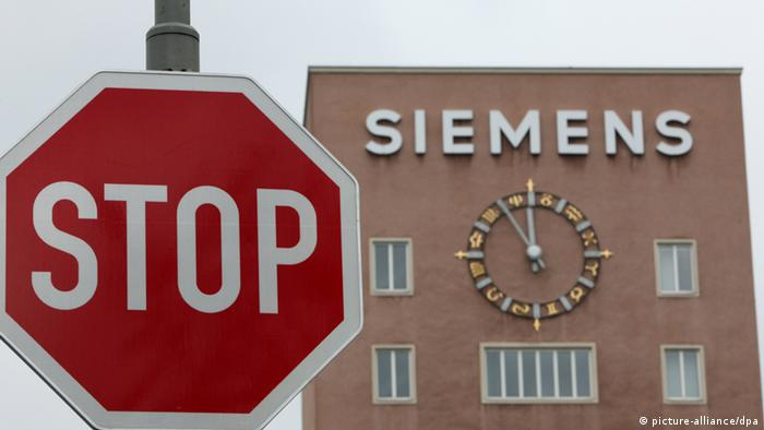 Siemens building with stop sign (Photo: Daniel Karmann/dpa)