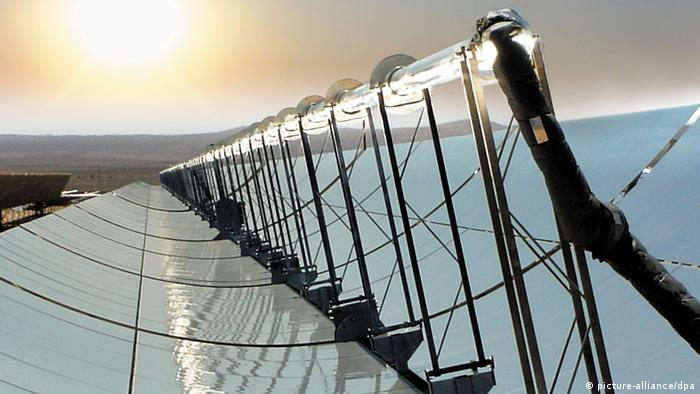 ARCHIV - Die Sonne scheint über einem Parabolspiegel mit in der Mitte plazierten Solarreceivern eines solarthermischen Parabolrinnenkraftwerks in der Nähe von Las Vegas (Archivfoto vom 02.03.2005). Neuer Rückschlag für Desertec: Nach Siemens steigt auch Bosch aus dem Wüstenstromprojekt aus. «Wir werden unsere Mitgliedschaft nicht verlängern», sagte eine Sprecherin der Konzerntochter Bosch-Rexroth der «Financial Times Deutschland». Foto: Schott dpa +++(c) dpa - Bildfunk+++