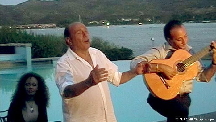 Italien Ministerpräsident Berlusconi beglückt seine Landsleute mit Liebesliedern