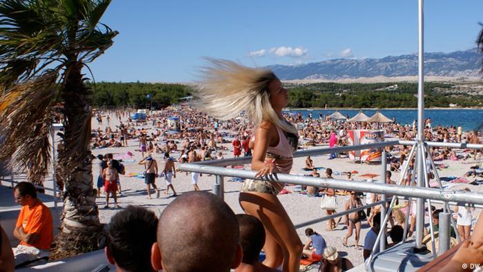 Party na plaži Zrće na otoku Pagu u Hrvatskoj.