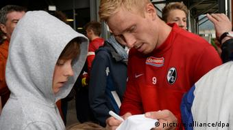 Mike Hanke signs autographs after training. (Photo: Patrick Seeger/dpa)