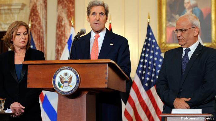 In Washington konferierten Außenminister Kerry (Mitte), Israels Justizministerin Livni und der palästinensische Verhandlungsführer Erekat (Foto: dpa)