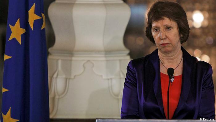 Ashton mit ernstem Gesicht neben der Europaflagge Foto: Reuters