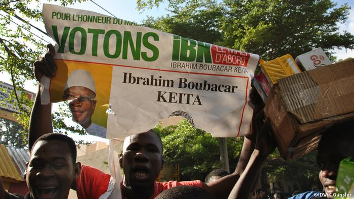 A supporter holds up a poster showing Ibrahim Boubacsr Keita Photo: Katrin Gänsler