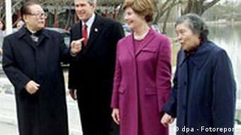 Jiang Zemin & Ehefrau führen Ehepaar Bush durch Peking