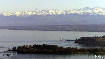 Eine Fernsicht auf das Alpenpanorama, im Vordergrund ist der Bodensee mit der Insel Mainau zu sehen (Archivfoto vom 02.04.2001, Quelle: dpa)