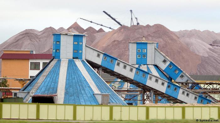 Отвалы калийной руды на предприятии Беларуськалий