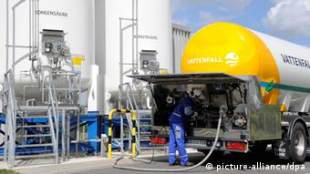 ARCHIV - In der Pilotanlage zur CO2-Speicherung in Ketzin (Brandenburg) bei Berlin wird am 04.05.2011 das erste CO2 angeliefert. In Ketzin soll das Treibhausgas auch unterirdisch verpresst werden. Foto: Bernd Settnik/dpa (zu dpa-Gespräch «Geologe: An unterirdischer CO2-Speicherung führt kein Weg vorbei» vom 17.05.2013) +++(c) dpa - Bildfunk+++