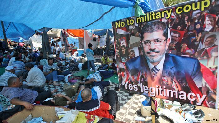 In Protestcamps fordern die Muslimbrüder die Wiedereinsetzung Mursis als Präsident. Foto vom 19.7.2013 (Foto: AP)