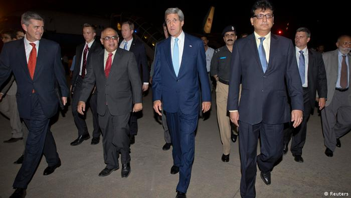 U.S. Secretary of State John Kerry (C) walks with U.S. Ambassador to Pakistan Richard Olson (L) and unidentified Pakistani officials upon his arrival in Islamabad July 31, 2013. Kerry is scheduled to meet with members of Pakistan's newly-elected civilian government on Thursday. REUTERS/Jason Reed (PAKISTAN - Tags: POLITICS)