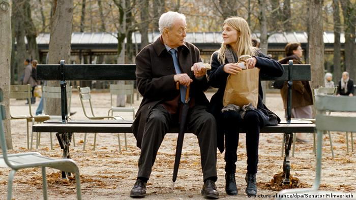 Film scene of 'Mr. Morgan's Last Love' with Michael Caine and Clémence Poésy sitting on a bench (picture-alliance/dpa/Senator Filmverleih)