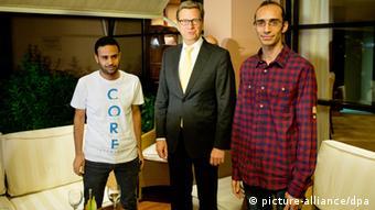 Außenminister Guido Westerwelle (FDP) steht am 31.07.2013 in Kairo in Ägypten zwischen Mahmut Badr (l) und Mohammad Abdel Azis (r) von der Tamarrod-Bewegung. (Foto: dpa)