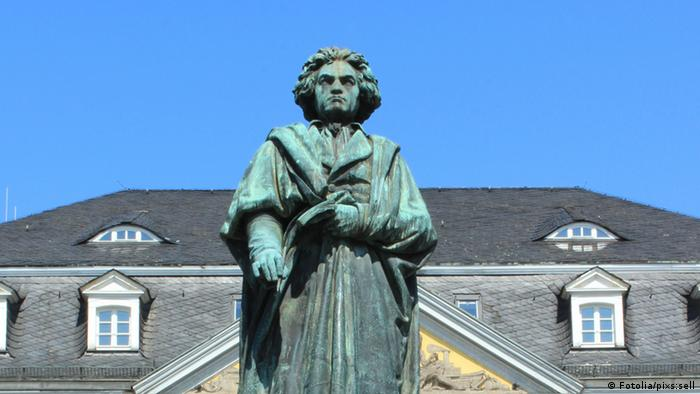 A statue of Beethoven stands at a market square in Bonn © pixs:sell