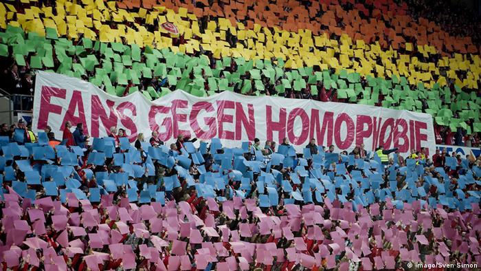 Torcedores contra a homofobia, mensagem exibida em jogo da Bundesliga.