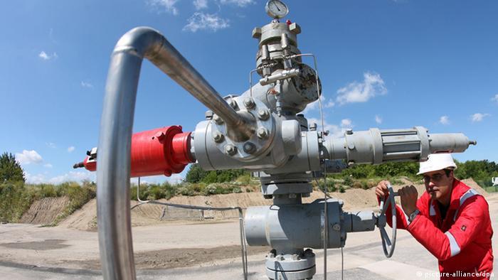 Ketzin (Brandenburg) bei Berlin wird am 04.05.2011 das erste CO2 angeliefert. In Ketzin soll das Treibhausgas auch unterirdisch verpresst werden. Foto: Bernd Settnik/dpa (zu dpa-Gespräch «Geologe: An unterirdischer CO2-Speicherung führt kein Weg vorbei» vom 17.05.2013) +++(c) dpa - Bildfunk+++