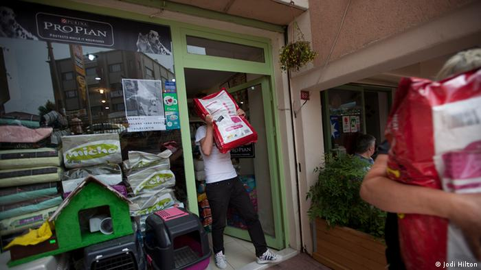 A volunteer carries a heavy bag of dogfood out of a store. Istanbul, Turkey. Mai 2013. Photo: Jodi Hill