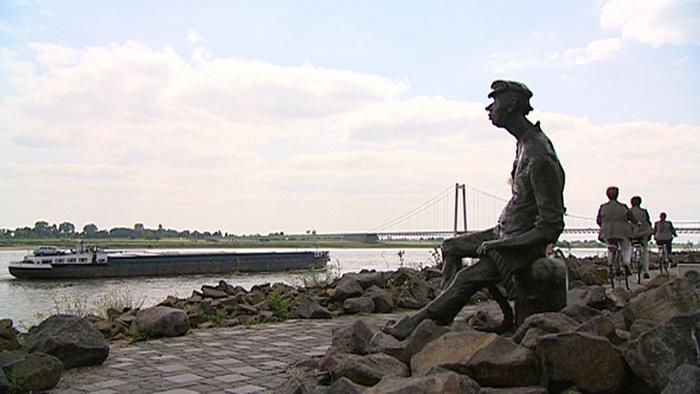 Sculpture of man sitting along Lower Rhine Photo: no copyright data available