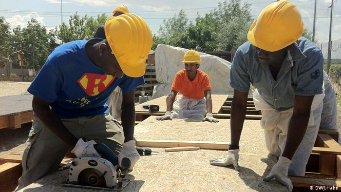 У Аrt Village, розташованому за годину їзди від нетрів, африканці вчаться будувати
