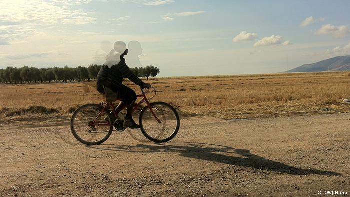 Африканець на велосипеді у нетрях