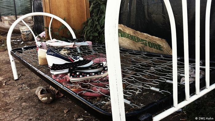 Abgestellte Schuhe im Slum nahe der Stadt Foggia. Hier leben etwa 1.000 Einwanderer aus Afrika. (Foto: Julia Hahn)